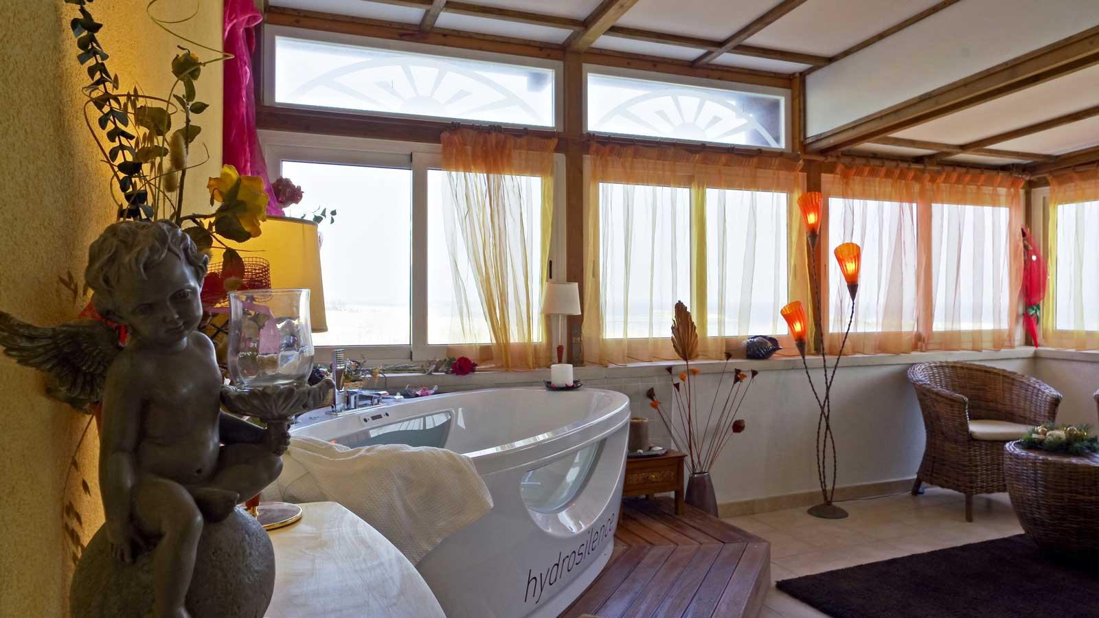 Camera Con Vasca Idromassaggio Per Due : Love suite: camera degli innamorati torre pedrera hotel estate